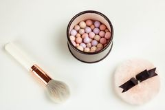 Προϊόντα Cosmetoc Πολύβλαστη βούρτσα, μετεωρίτης Άσπρη ανασκόπηση στοκ εικόνες με δικαίωμα ελεύθερης χρήσης