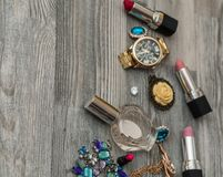 Προϊόντα Makeup με την καλλυντική τσάντα και macaroons στο ελαφρύ υπόβαθρο η βούρτσα σύνθεσης, άρωμα, σκιά ματιών, κοκκινίζει στο στοκ εικόνα με δικαίωμα ελεύθερης χρήσης