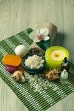 Προϊόντα SPA στο ξύλινο λουλούδι ορχιδεών υποβάθρου, κύπελλο με τη θάλασσα Στοκ φωτογραφίες με δικαίωμα ελεύθερης χρήσης