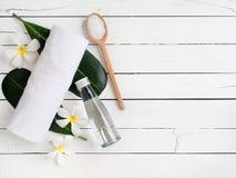 Προϊόντα SPA, aromatherapy πετρέλαιο, αλατισμένη και άσπρη πετσέτα Στοκ φωτογραφία με δικαίωμα ελεύθερης χρήσης