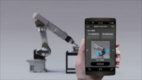 Προϊόν στη χρησιμοποίηση του βραχίονα ρομπότ στο έξυπνο εργοστάσιο Έξυπνο τηλέφωνο ελέγχου ελέγχου, κινητό Διαδίκτυο των πραγμάτω απεικόνιση αποθεμάτων