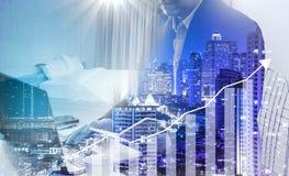 Προϋπολογισμός υπολογισμού επιχειρηματιών πρίν υπογράφει την ακίνητη περιουσία projec στοκ εικόνες