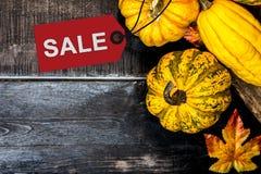 Προώθηση πώλησης αγορών πτώσης στην εποχή φθινοπώρου στοκ φωτογραφίες