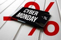 Προώθηση πώλησης Δευτέρας Cyber στην οθόνη ταμπλετών υπολογιστών, στο λευκό στοκ φωτογραφία