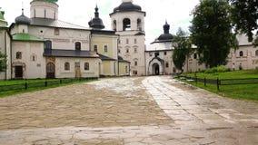 Πρωί αρχών του καλοκαιριού μετά από τη βροχή στο προαύλιο ενός μεγάλου μοναστηριού kirillo-Belozersky μοναστηριών υπόθεσης φιλμ μικρού μήκους