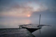 πρωί λιβαδιών ομίχλης πέρα από το ύδωρ Στοκ εικόνες με δικαίωμα ελεύθερης χρήσης