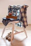 Πρωί και ενδύματα σε μια καρέκλα Στοκ εικόνα με δικαίωμα ελεύθερης χρήσης