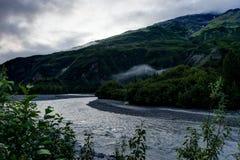Πρωί και σύννεφα της Misty στην Αλάσκα Ηνωμένες Πολιτείες της Αμερικής Στοκ Εικόνες