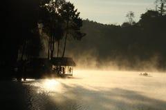 πρωί καλυβών ομίχλης Στοκ φωτογραφίες με δικαίωμα ελεύθερης χρήσης