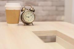 Πρωί καφέ με το αναδρομικό ξυπνητήρι Στοκ Φωτογραφίες