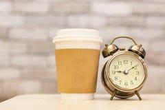 Πρωί καφέ με το αναδρομικό ξυπνητήρι Στοκ φωτογραφίες με δικαίωμα ελεύθερης χρήσης