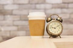 Πρωί καφέ με το αναδρομικό ξυπνητήρι Στοκ εικόνα με δικαίωμα ελεύθερης χρήσης