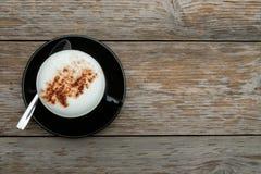 Πρωί καφέ στον ξύλινο πίνακα Στοκ εικόνα με δικαίωμα ελεύθερης χρήσης