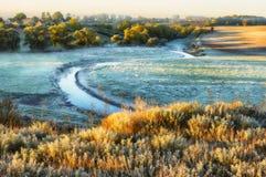 Πρωί μια γραφική αυγή φθινοπώρου Ποταμός φθινοπώρου Στοκ εικόνα με δικαίωμα ελεύθερης χρήσης