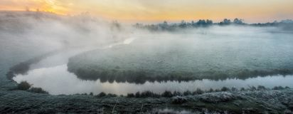 Πρωί μια γραφική αυγή φθινοπώρου Ποταμός φθινοπώρου Στοκ εικόνες με δικαίωμα ελεύθερης χρήσης