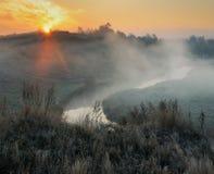 Πρωί μια γραφική αυγή φθινοπώρου Ποταμός φθινοπώρου Στοκ Φωτογραφία
