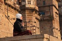 πρωί μοναχών που εκτελεί την προσευχή Στοκ εικόνα με δικαίωμα ελεύθερης χρήσης