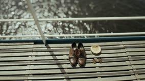 Πρωί νεόνυμφων Παπούτσια σε ένα ξύλινο πάτωμα μπλε garter λουλουδιών λεπτομερειών γάμος δαντελλών Εξαρτήματα νεόνυμφων Παπούτσια  απόθεμα βίντεο