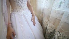 Πρωί νυφών ` s γάμος κατάταξης τεμαχίων φορεμάτων νύφη σύγχρονη όμορφη νύφη απόθεμα βίντεο