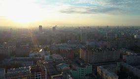 Πρωί πέρα από τις στέγες πόλεων απόθεμα βίντεο