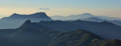 Πρωί σε Ghale Gaun, πολλούς λόφους και κοιλάδες που βλέπουν από εκεί Στοκ Εικόνες