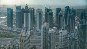 Πρωί στη μαρίνα του Ντουμπάι με τους πύργους και την κυκλοφορία στο δρόμο από το skyscrapper, Ντουμπάι, Ε.Α.Ε. timelapse 4K απόθεμα βίντεο