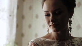 Πρωί της νύφης, μια όμορφη γυναίκα σε ένα άσπρο φόρεμα προετοιμάζεται για το γάμο απόθεμα βίντεο