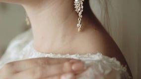 Πρωί της νύφης, μια όμορφη γυναίκα σε ένα άσπρο φόρεμα προετοιμάζεται για το γάμο φιλμ μικρού μήκους