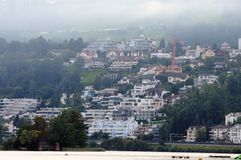Πρωί της Misty στην πόλη Richterswil στοκ εικόνες