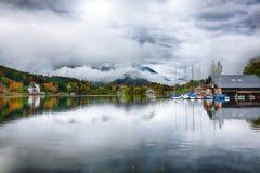 Πρωί της Misty στις Άλπεις Αυστρία Ευρώπη Grundlsee λιμνών στοκ εικόνα με δικαίωμα ελεύθερης χρήσης
