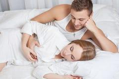 Πρωί τρυφερότητας του νέου ζεύγους Στοκ φωτογραφίες με δικαίωμα ελεύθερης χρήσης