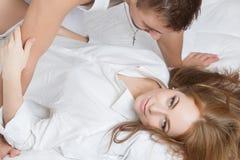 Πρωί τρυφερότητας του νέου ζεύγους Στοκ Εικόνα