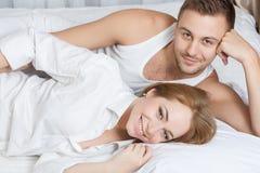Πρωί τρυφερότητας του νέου ζεύγους Στοκ Φωτογραφίες