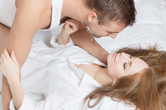 Πρωί τρυφερότητας του νέου ζεύγους Στοκ φωτογραφία με δικαίωμα ελεύθερης χρήσης