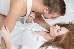 Πρωί τρυφερότητας του νέου ζεύγους Στοκ Φωτογραφία