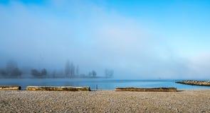 Πρωί υδρονέφωσης στην παραλία στοκ εικόνα