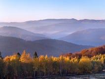 Πρωί φθινοπώρου στα βουνά, όμορφος καιρός στοκ εικόνα με δικαίωμα ελεύθερης χρήσης