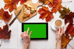 Πρωί φθινοπώρου της σύγχρονης νέας γυναίκας Ταμπλέτα, καφές και τέχνη στον πίνακα Τοπ όψη στοκ φωτογραφίες με δικαίωμα ελεύθερης χρήσης