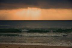 Πρωί cloudscape πέρα από το σπάσιμο των κυμάτων στοκ φωτογραφία με δικαίωμα ελεύθερης χρήσης