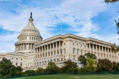 Πρωινό τοπίο ΗΠΑ Capitol που χτίζει τη χλόη το μπλε S του Washington DC στοκ φωτογραφία με δικαίωμα ελεύθερης χρήσης