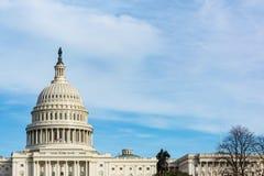 Πρωινό τοπίο ΗΠΑ Capitol που χτίζει τη χλόη το μπλε S του Washington DC Στοκ Φωτογραφία