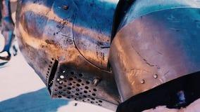 2 πρωταθλήματα ιπποτών Ο ιππότης, που νικιέται σε μια μονομαχία, προσπαθεί να αυξηθεί από το έδαφος απόθεμα βίντεο