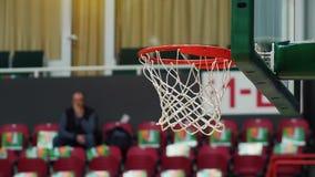 Πρωταθλήματα μιας καλαθοσφαίρισης Throwning μια σφαίρα σε μια στεφάνη καλαθοσφαίρισης Μπλε και κίτρινα φω'τα κίνηση αργή απόθεμα βίντεο