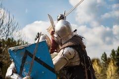 2 πρωταθλήματα ιπποτών Οι ιππότες στις κοινότητες παλεύουν στο δαχτυλίδι Δημόσια εκδήλωση στην πόλη Στοκ εικόνα με δικαίωμα ελεύθερης χρήσης