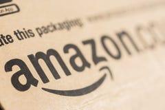 Πρωταρχική συσκευασία δεμάτων του Αμαζονίου Ο Αμαζόνιος, είναι ένα αμερικανικά ηλεκτρονικό εμπόριο και ένα σύννεφο υπολογίζοντας  στοκ φωτογραφίες