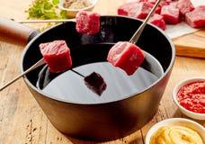 Πρωταρχικό τρυφερό αδύνατο φρέσκο βόειο κρέας για fondue Στοκ εικόνες με δικαίωμα ελεύθερης χρήσης