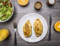 Πρωτεϊνικά τρόφιμα για τους αθλητές, κάρρυ κοτόπουλου, μια σαλάτα των φρέσκων λαχανικών, φρέσκια τοπ άποψη clo υποβάθρου χυμού απ Στοκ φωτογραφία με δικαίωμα ελεύθερης χρήσης