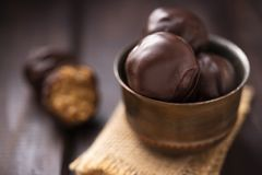 Πρωτεϊνικές καραμέλες με τη σοκολάτα στοκ φωτογραφίες
