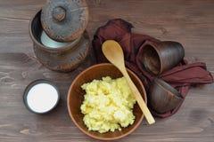 Πρωτεϊνική διατροφή ( Κίτρινο κουάκερ στα πιατικά στοκ εικόνες