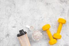 Πρωτεϊνική σκόνη για τη διατροφή ικανότητας για να αρχίσει κατάρτιση και φραγμοί στο γκρίζο πρότυπο άποψης υποβάθρου τοπ στοκ εικόνες